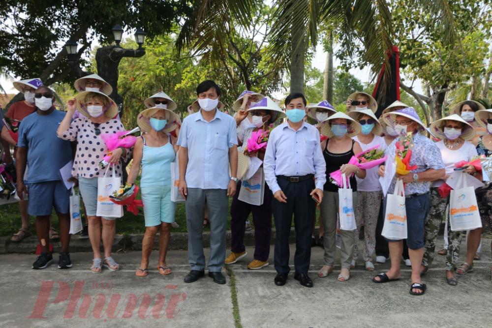 Chiều 24/3 Sở Du lịch tỉnh Thừa Thiên Huế phối hợp cùng UNND huyện Phú Vang tổ chức trao quyết giây chứng nhận hết thời hạn cách ly đối với 36 du khách nước ngoài tại Khu reort Sun&Seao