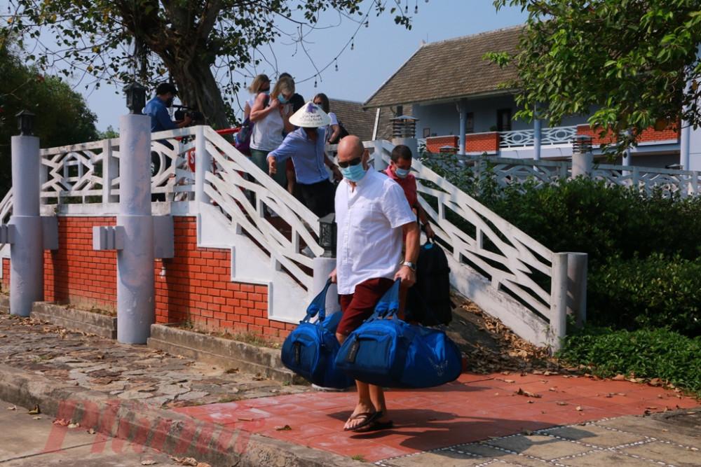 Mặc dù kế hoạch của buổi lễ được dự tính tổ chức gần 3 giờ chiều, nhưng từ sớm du khách đã thu dọn hành lý chuyển ra trước ở xe