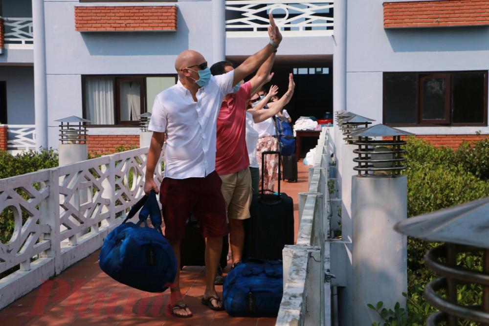 Trong số 36 du khách nước ngoài rời khu vực cách ly tại resort Sun&Sea ddaonf du khách Anh có 12 người và được làm thủ tục trước, Sau khi thu dọn hành lý họ vui vẻ chào đàon du khách Pháp đang Khu cách ly cạnh bên