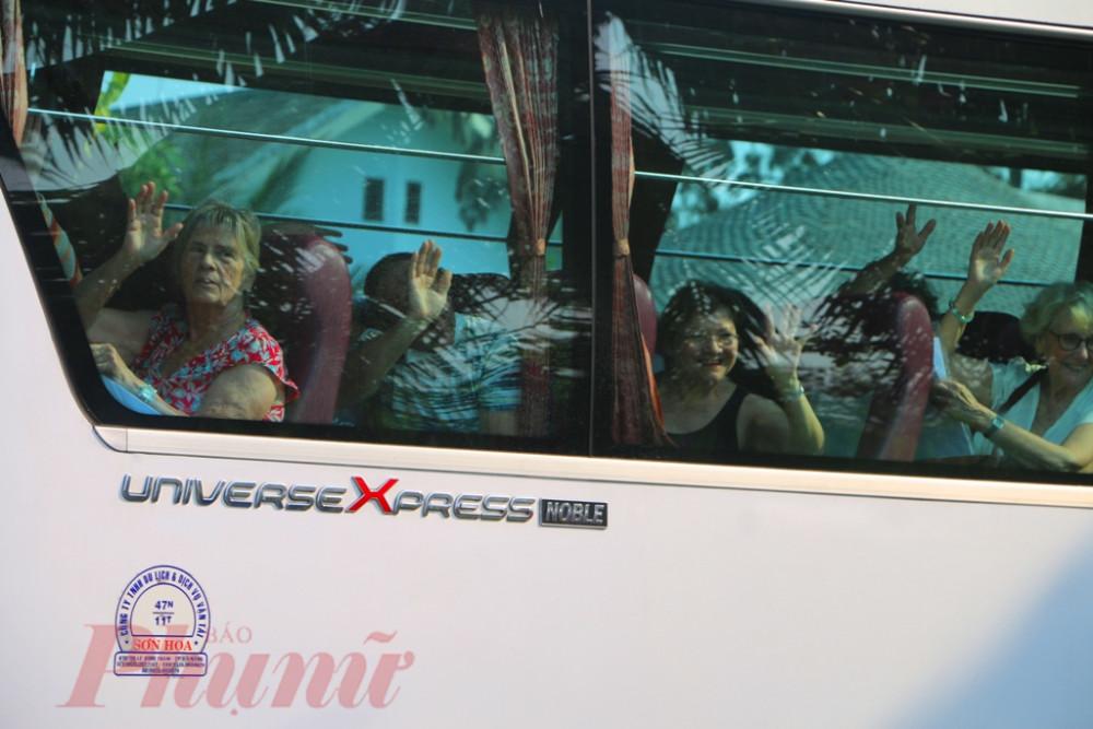vì thế khi lên xe trở lại quê hương nhiều rất khách  rất vui vẻ, chào tạm biệt mọi người