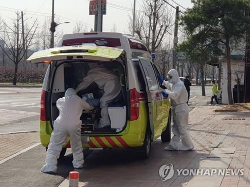 Vận chuyển bệnh nhân tại một bệnh viện ở thành phố Gyeongsan. Ảnh: Yonhap