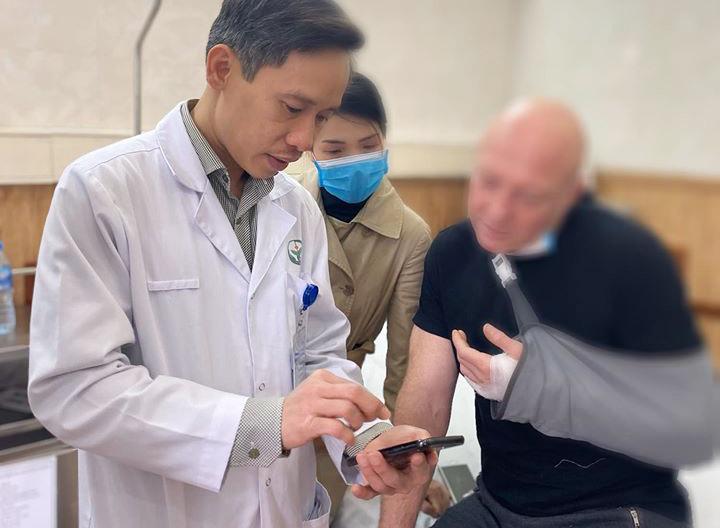 Ông E.M. và bác sĩ Khánh trong ngày xuất viện.