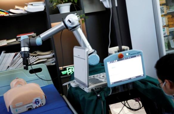 Robot giúp bác sĩ không cần trực tiếp tiếp xúc bệnh nhân, giảm nguy cơ lây nhiễm.