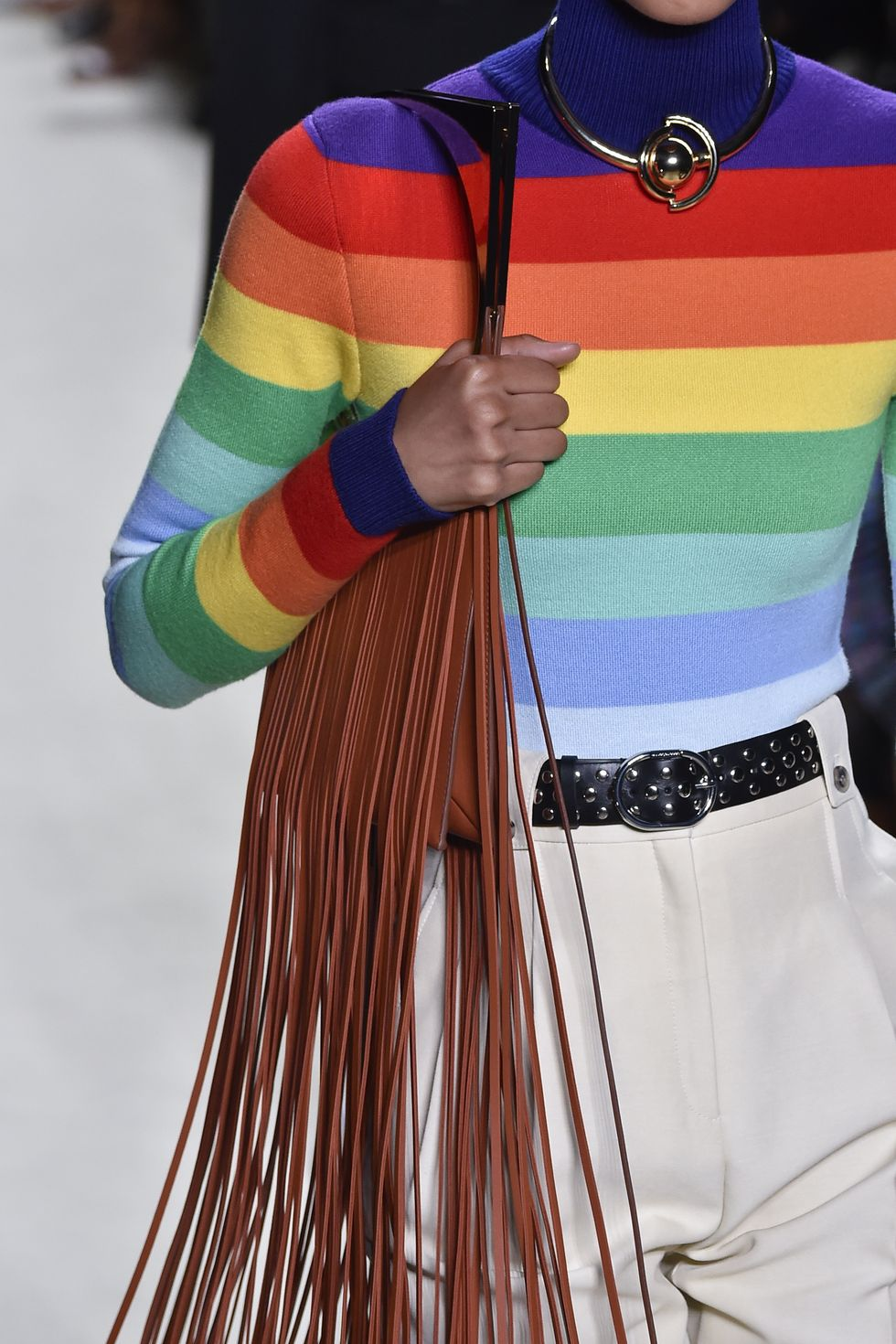 Trên các sàn diễn thời trang gần đây, nhiều nhà mốt như Chloé, Paco Rabanne, Loewe... đã cho ra mắt mẫu túi xách tua rua được thiết kế bằng da. Điều khác biệt chính là phần tua rua được cắt dài hơn so với trước đây. Phong cách này khiến người mặc liên tưởng tới những lễ hội âm nhạc mùa hè sôi động.
