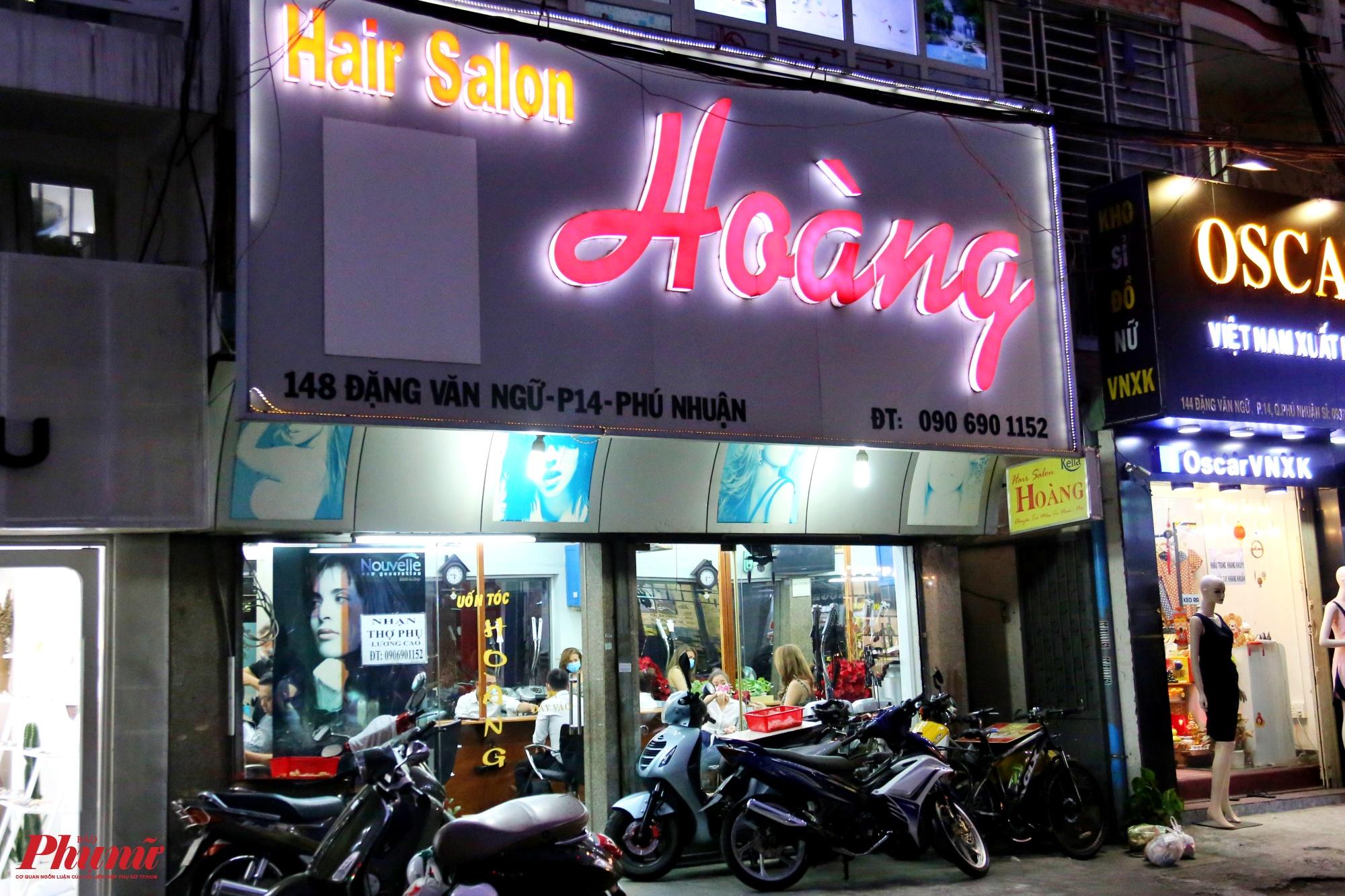 Trong khi đó, một tiệm hớt tóc trên đường Đặng Văn Ngữ, phường 14, quận Phú Nhuận có rất đông xe dựng phía trước, bên trong các nhân viên hớt tóc vẫn cắt tóc cho khách, ảnh chụp lúc 18 giờ 20.