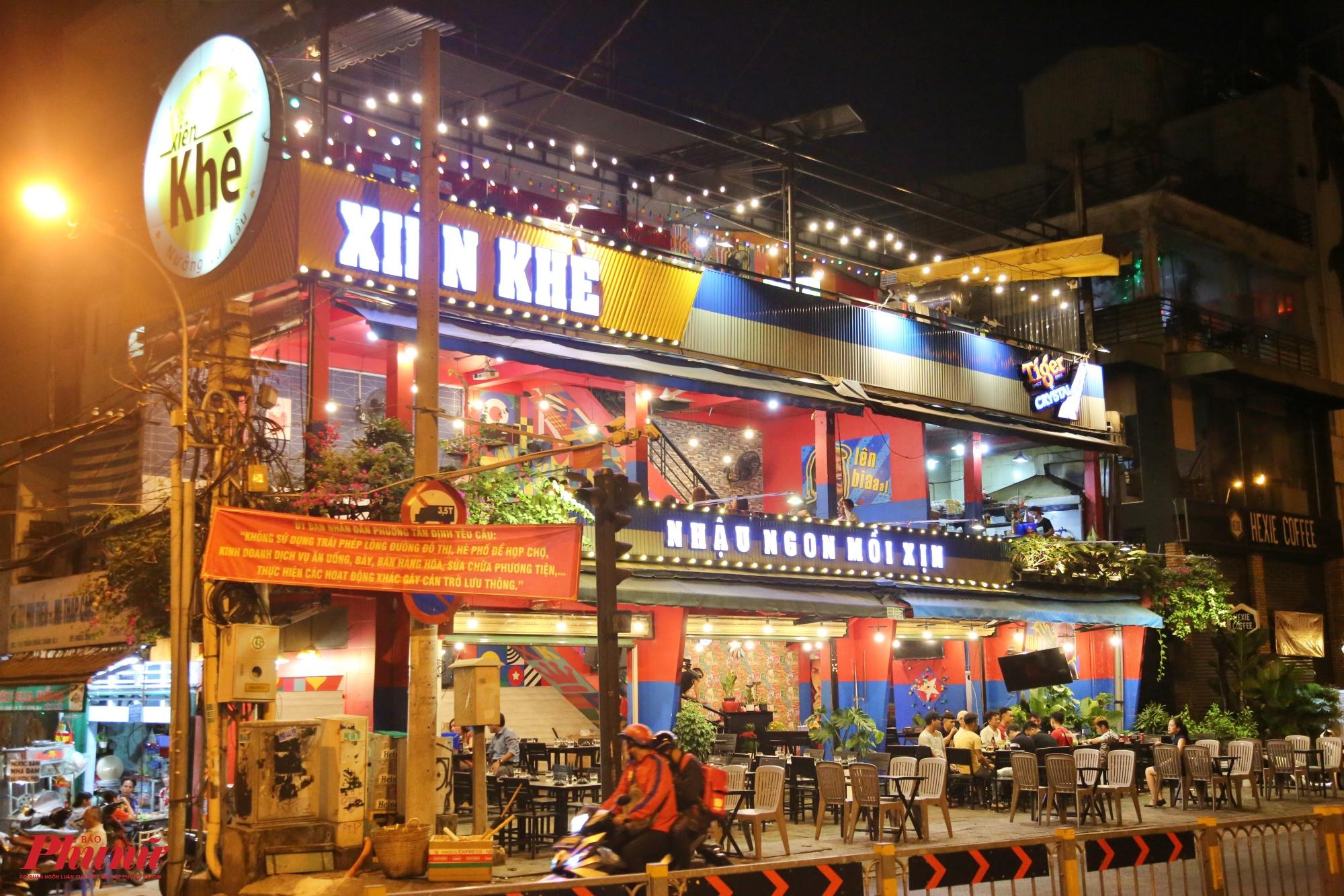 Khoảng 19 giờ, phóng viên ghi nhận tại một quán nhậu ngon mồi xịn nằm trên đường Hoàng Sa, phường Tân Định, quận 1 vẫn sáng đèn trưng dụng bàn ghế ra vỉa hè,, cho nhân viên ra tận đường để đón khách, mặc dù lượng khách rất ít.
