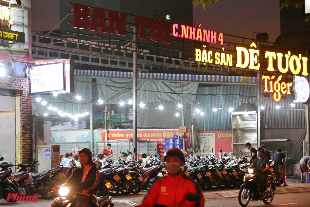 Một quán dê tươi nằm trên đường Hoàng Sa nối đường Trần Quang Diệu, vẫn có rất đông khách ngồi ăn uống và nói chuyện vui vẻ, ảnh chụp lúc 19 giờ 30.