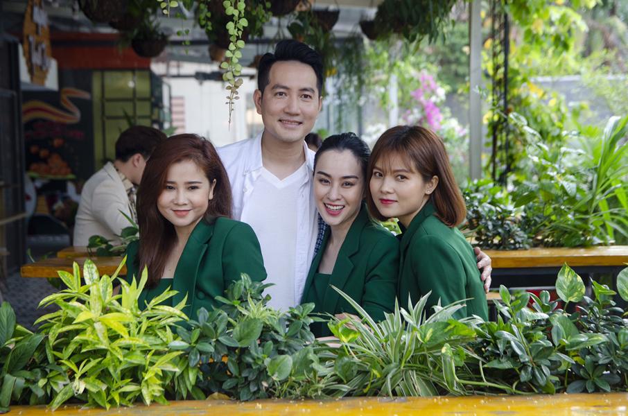 Ca sĩ Nguyễn Phi Hùng và nhóm Mắt Ngọc trong buổi ghi hình MV