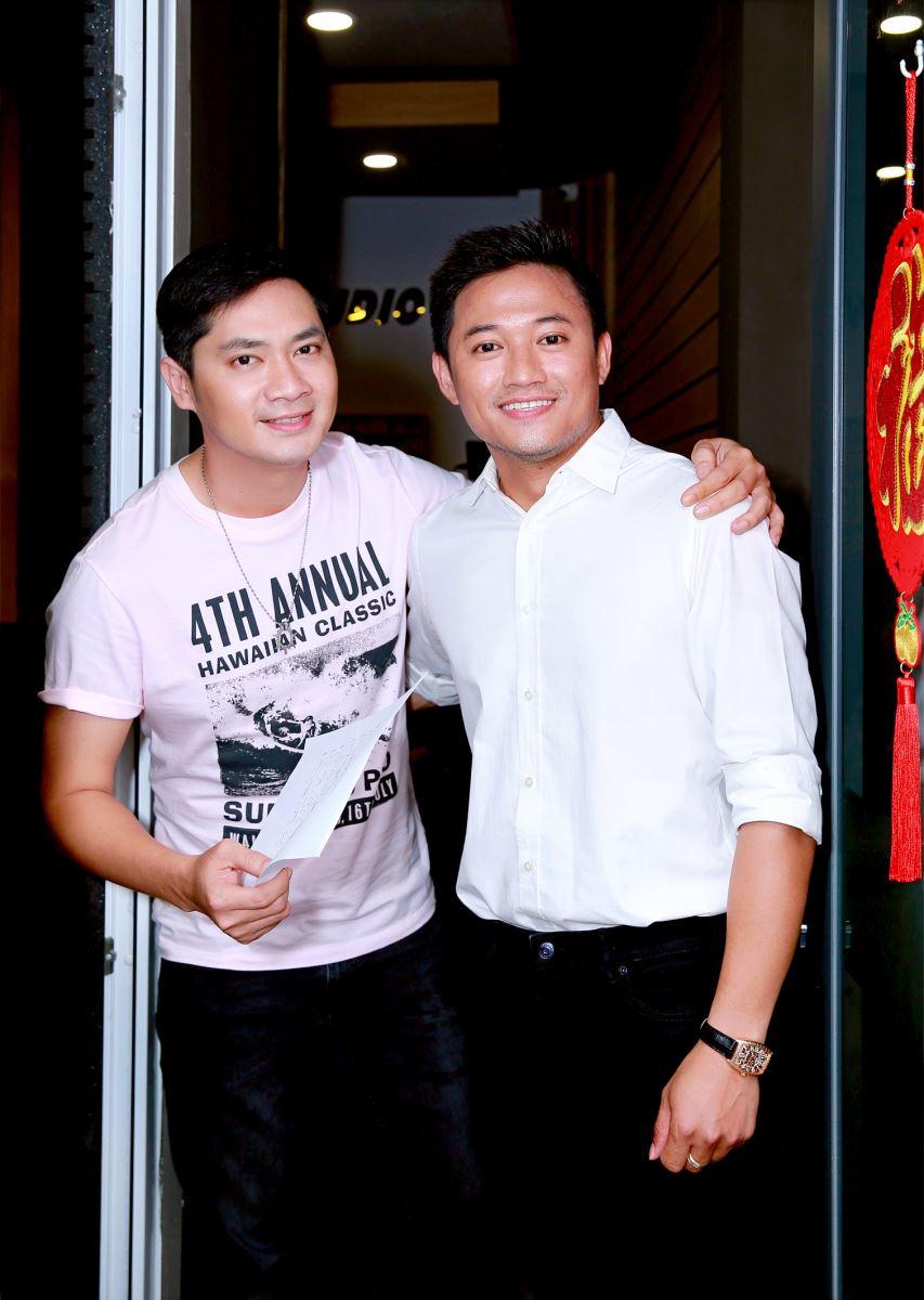 Minh Luân và Quý Bình trong buổi thu âm Chung tay phòng chống corona