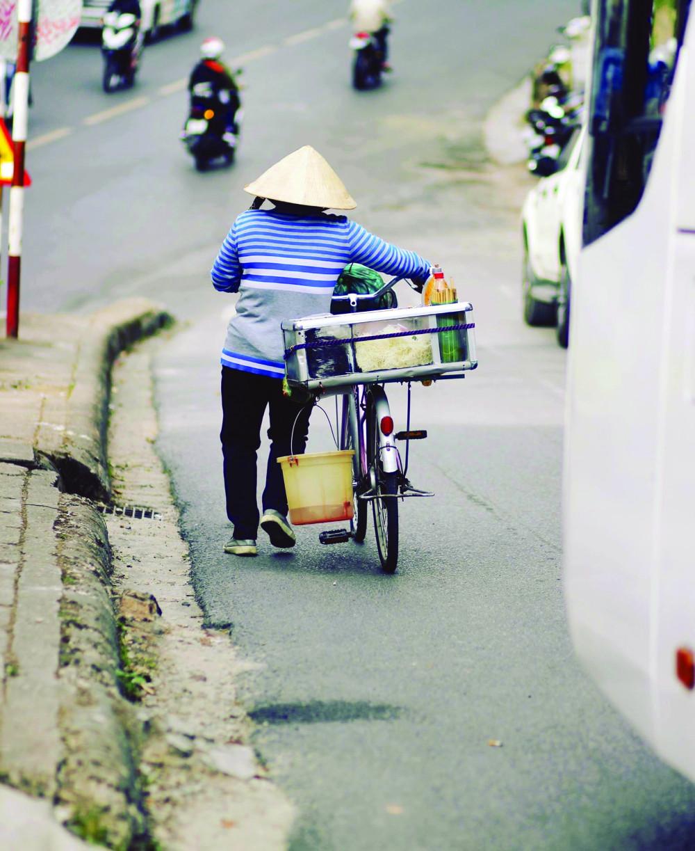 """Nắng mưa ngày thường vốn đã đủ quật ngã những """"chủ thể kinh tế"""" đường phố mong manh, yếu ớt -Ảnh: Thục Quyên"""