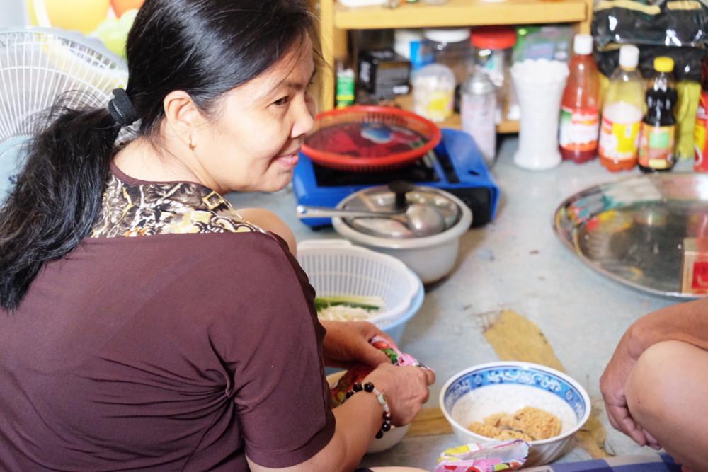 Càng nhắc đến cái nghèo, chị Phú càng cười hiền
