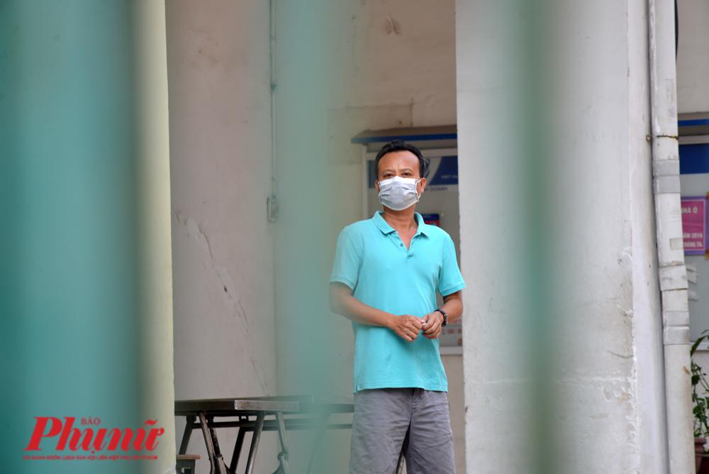Một người dân thời điểm bị cách ly ở chung cư Hòa Bình, quận 10, TP.HCM