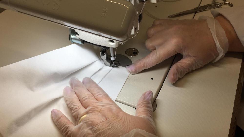 Các hãng chuyển đổi mô hình sản xuất từ nước hoa, quần áo sang khẩu trang và đồ bảo hộ y tế.