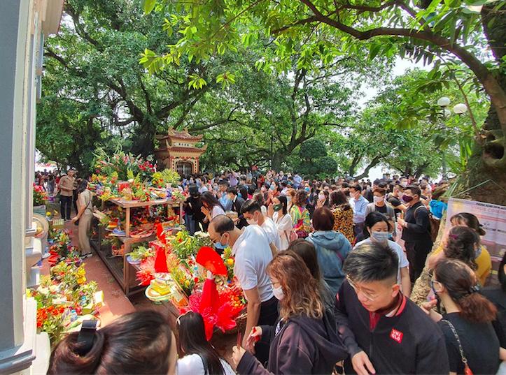 Lượng người đổ về dâng lễ tại Phủ Tây Hồ vào ngày 24/3 đông