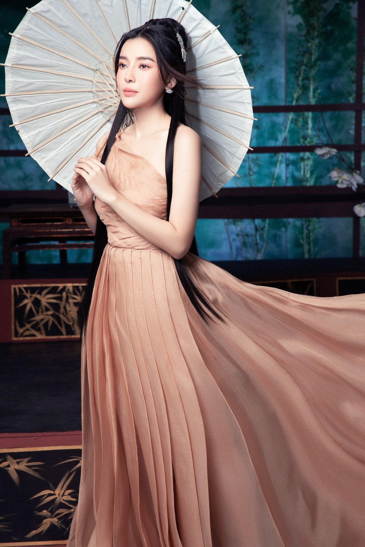 Những cành lan trắng, đàn tỳ bà kết hợp với lối trang điểm thanh thuần tôn lên nét đẹp nữ tính của Cao Thái Hà.