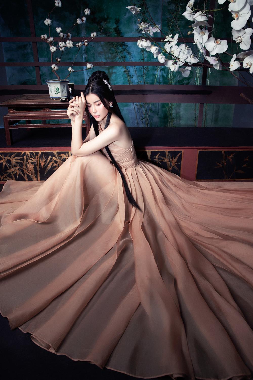 Trong bộ cánh bất đối xứng, Cao Thái Lan khoe trọn làn da trắng hồng không tì vết. Sau năm 2019 thành công với loạt vai diễn phim truyền hình Tiếng sét trong mưa, Bán chồng… những tưởng nữ diễn viên sẽ thừa thắng xông lên nhưng cô lại hạn chế nhận phim, lựa chọn kịch bản lỹ lưỡng hơn để không làm khán giả thất vọng.