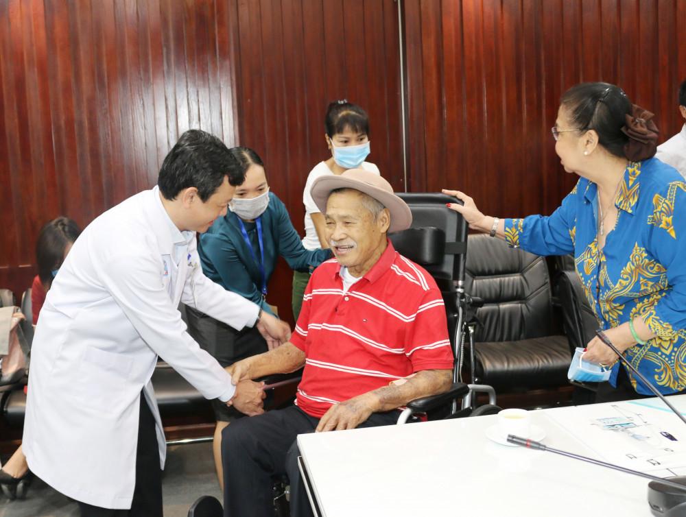 Bác sĩ Nguyễn Tri Thức - Giám đốc Bệnh viện Chợ Rẫy đẩy xe cho NSND Lý Huỳnh.