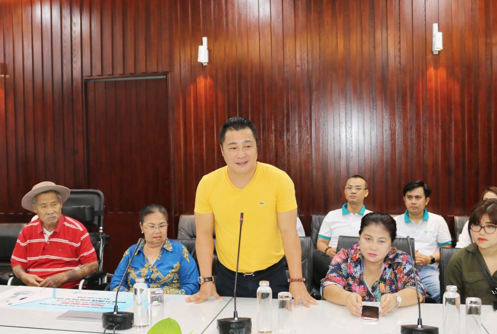 Diễn viên Lý Hùng chia sẻ tại buổi trao tặng máy thở cho bệnh viện.