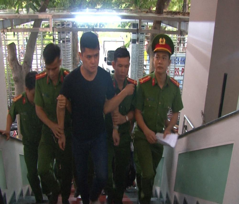 Bắt tạm giam bị can Lê Quang Huy Phương nguyên bác sĩ Khoa Da liễu Bệnh viện trung ương Huế tại phòng khám gia đình ở địa chỉ 155 Phạm Văn Đồng phường Vỹ Dạ vào tối 25/9 năm 2019