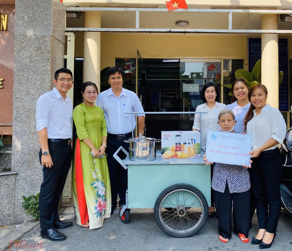Hội LHPN phường 2, quận Phú Nhuận trao phương tiện sinh kế giúp cô Hồng đỡ phần vất vả trong việc buôn bán