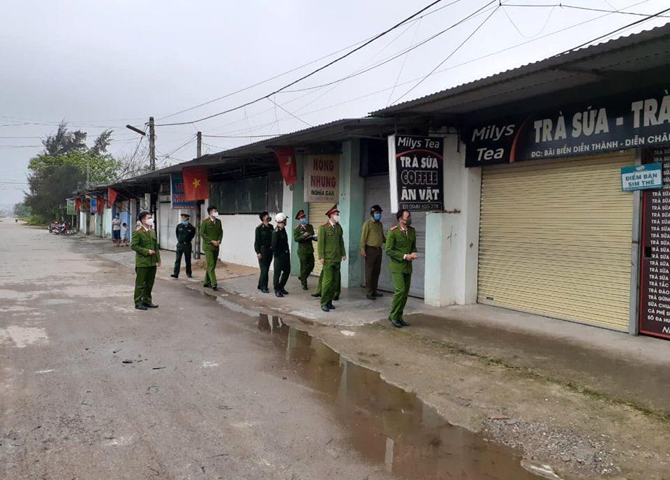 Lực lượng chức năng kiểm tra, xử lý các ki-ốt chứa gái mại dâm ở biển Diễn Thành