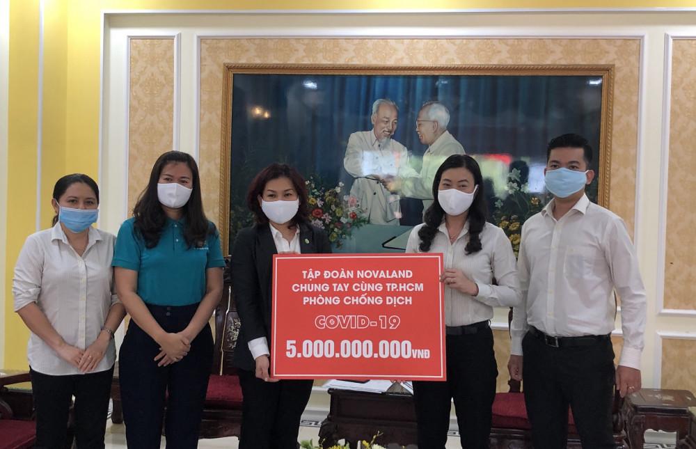 Bà Triệu Lệ Khánh - Phó chủ tịch UBMTTQVN TPHCM (thứ 2 từ phải sang) đại diện nhận 5 tỷ đồng