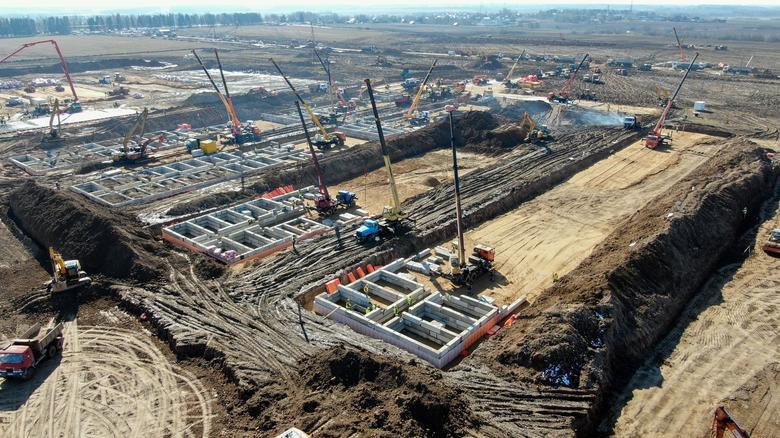 Cảnh nhìn từ trên cao của một khu đất đang được xây dựng thành bệnh viện truyền nhiễm ở Moscow, Nga vào ngày 18/3.