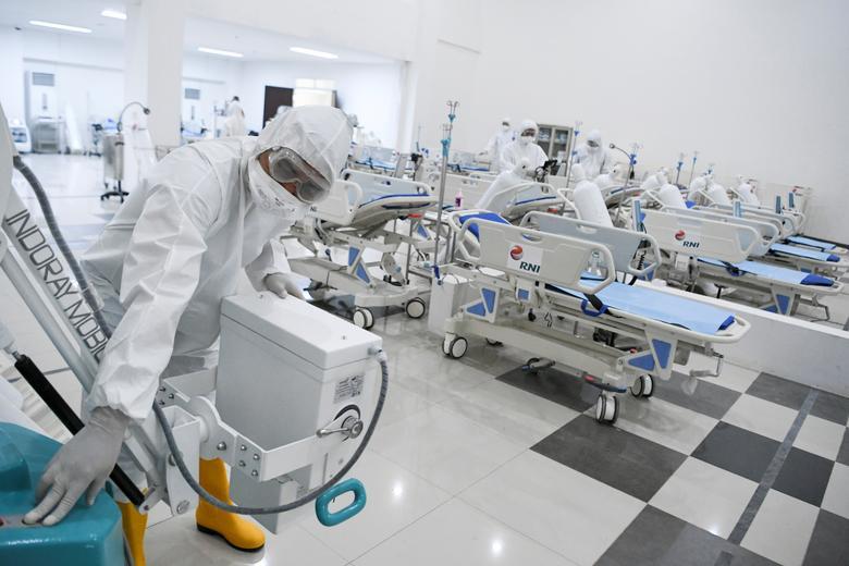 Một nhân viên y tế kiểm tra các thiết bị tại một bệnh viện khẩn cấp tại làng Kemayoran Athletes, ở Jakarta, Indonesia