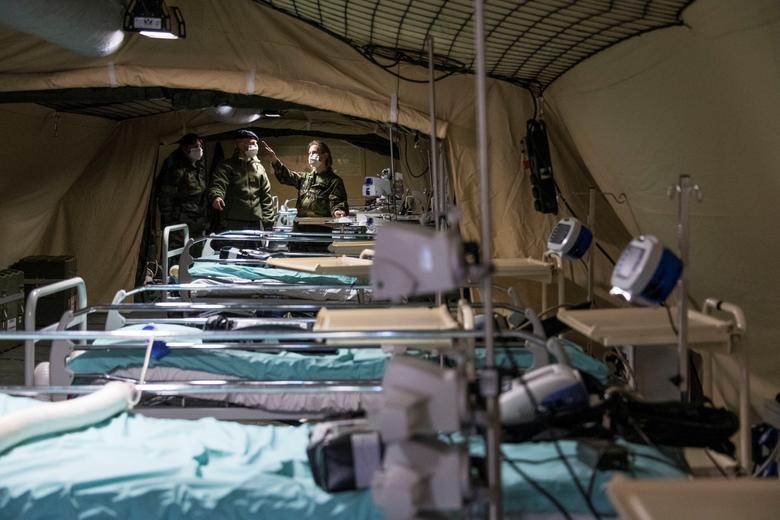 Bên trong một khu giường bệnh dã chiến