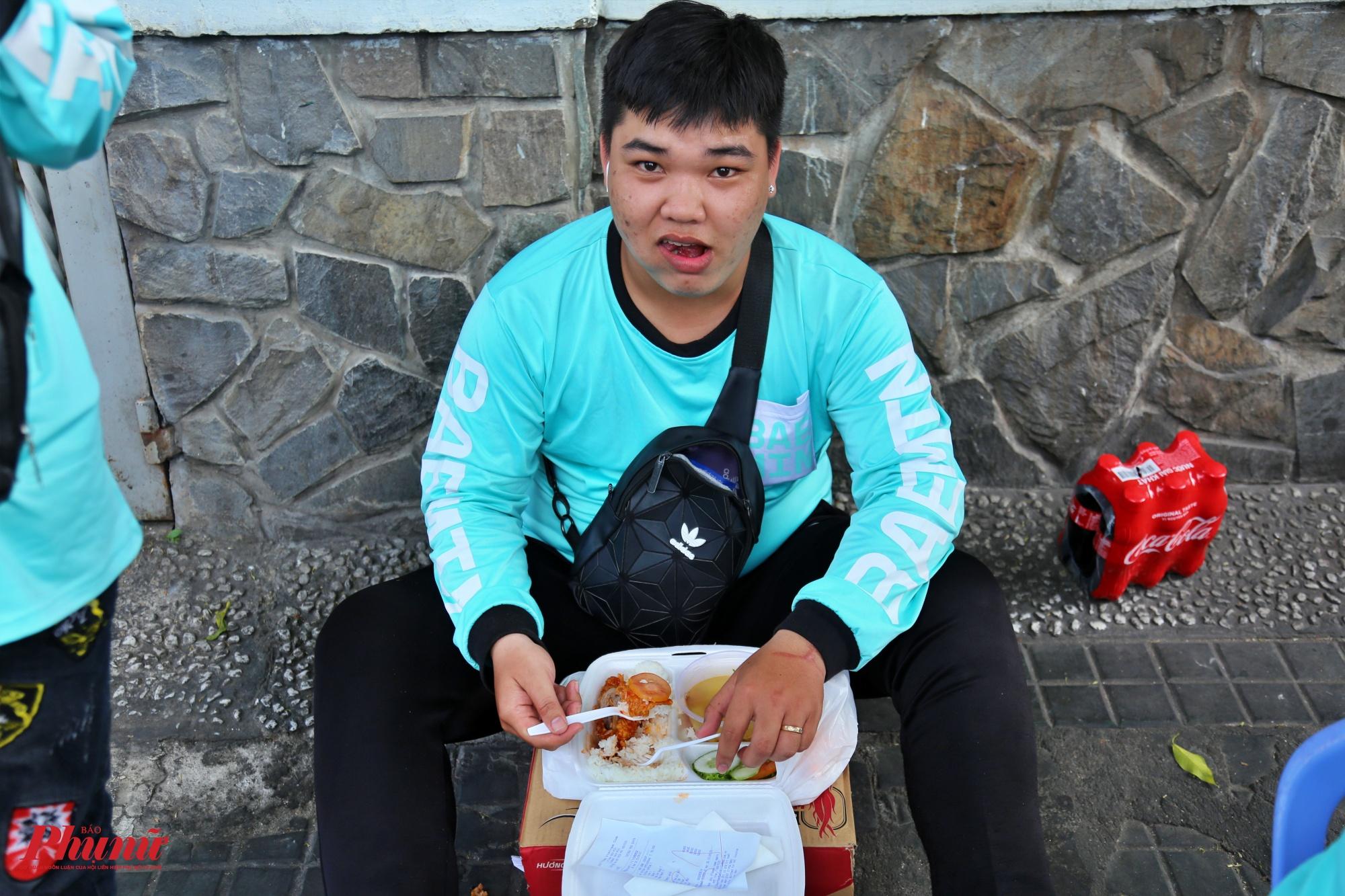 Anh Trần Tấn Nhã, ở quận Thủ Đức, TPHCM tranh thủ ăn cơm trưa vào lúc 4 giờ chiều, anh chia sẻ: Sáng giờ chạy được 6 cuốc xe nên giờ nghỉ ngơi để tiếp tục chạy ca tối