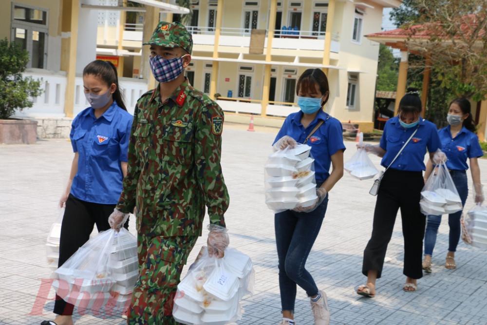 Sau khi mọi việc từ bếp ăn hoàn tất, cơm hộp đã được các chiến sĩ và lực lương thiên niên tình nguyện đưa đến đặt trên bàn ăn