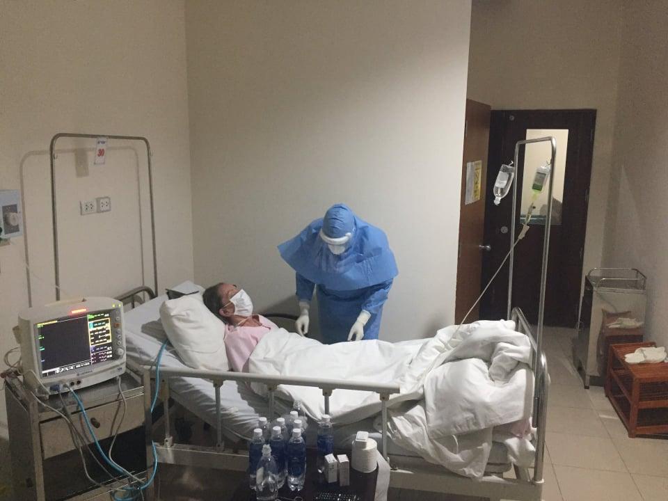 Bác sĩ tại Bệnh viện Trung ương Huế cơ sở 2 thăm khám, điều trị cho bệnh nhân nhiễm COVID-19