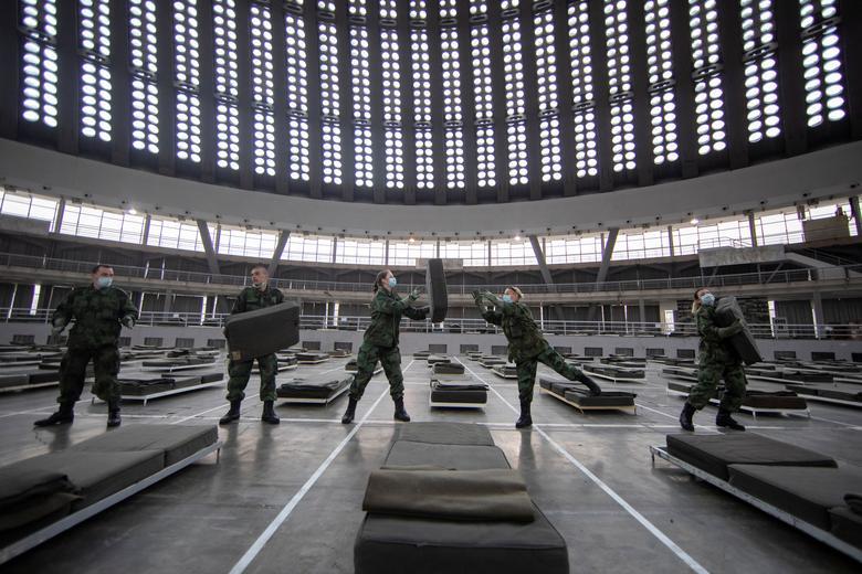 Lực lượng quân đội Sebia sắp xếp giường bệnh trong bệnh viện dã chiến