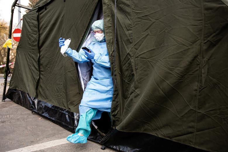 Bác sĩ vừa thăm khám cho một bệnh nhân tại Lublin, Ba Lan vào ngày 23/3. Bệnh viện dã chiến ở đây được dựng nên từ những chiếc lều to.