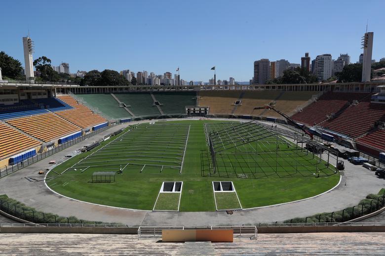 Những khung sắt đầu tiên được dựng lên trên sân vận động Pacaembu, São Paulo, Brazil để làm bệnh viện dã chiến.