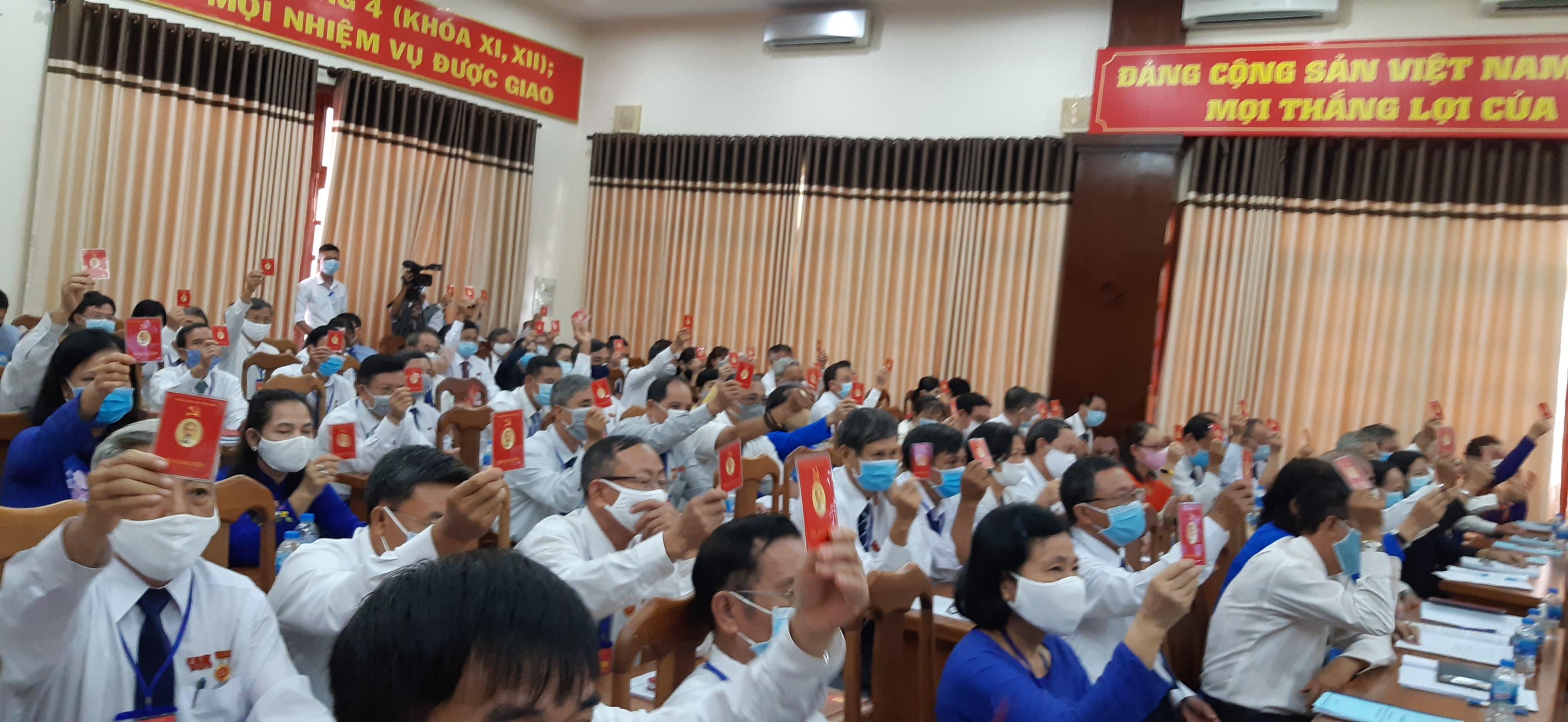 Các đại biểu tham gia biểu quyết tại đại hội.