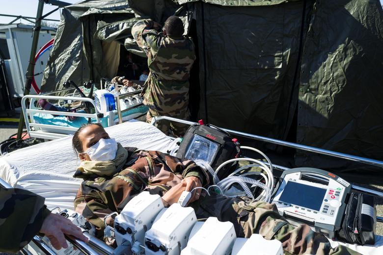 Những người lính đang được tập huấn để hỗ trợ công tác y tế tại bệnh viện dã chiến quân sự được thiết lập bên ngoài bệnh viện Emile Muller ở Mulhouse, Pháp vào ngày 24/3. Tính đến trưa 24/3 (theo giờ Việt Nam), Pháp có 19.856 ca nhiễm SARS-CoV-2, làm 860 người thiệt mạng. Pháp hiện là một trong những quốc gia có số cao nhiễm cao nhất thế giới.