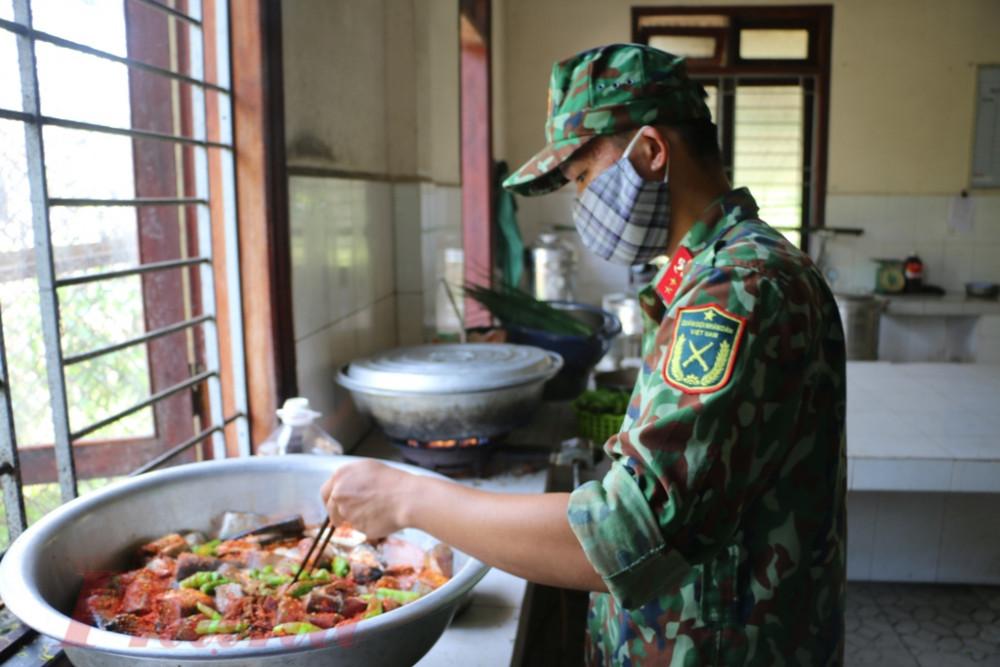 Các chiến sĩ kho cá, thịt chuẩn bị bữa ăn cho bà con