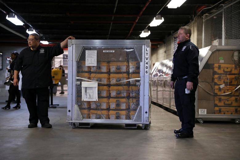 Ngày 24/3, các kỹ thuật viên đã bắt đầu vận chuyển máy trợ thở Máy thở tại Kho quản lý khẩn cấp thành phố New York được vận chuyển để phân phối tại Brooklyn