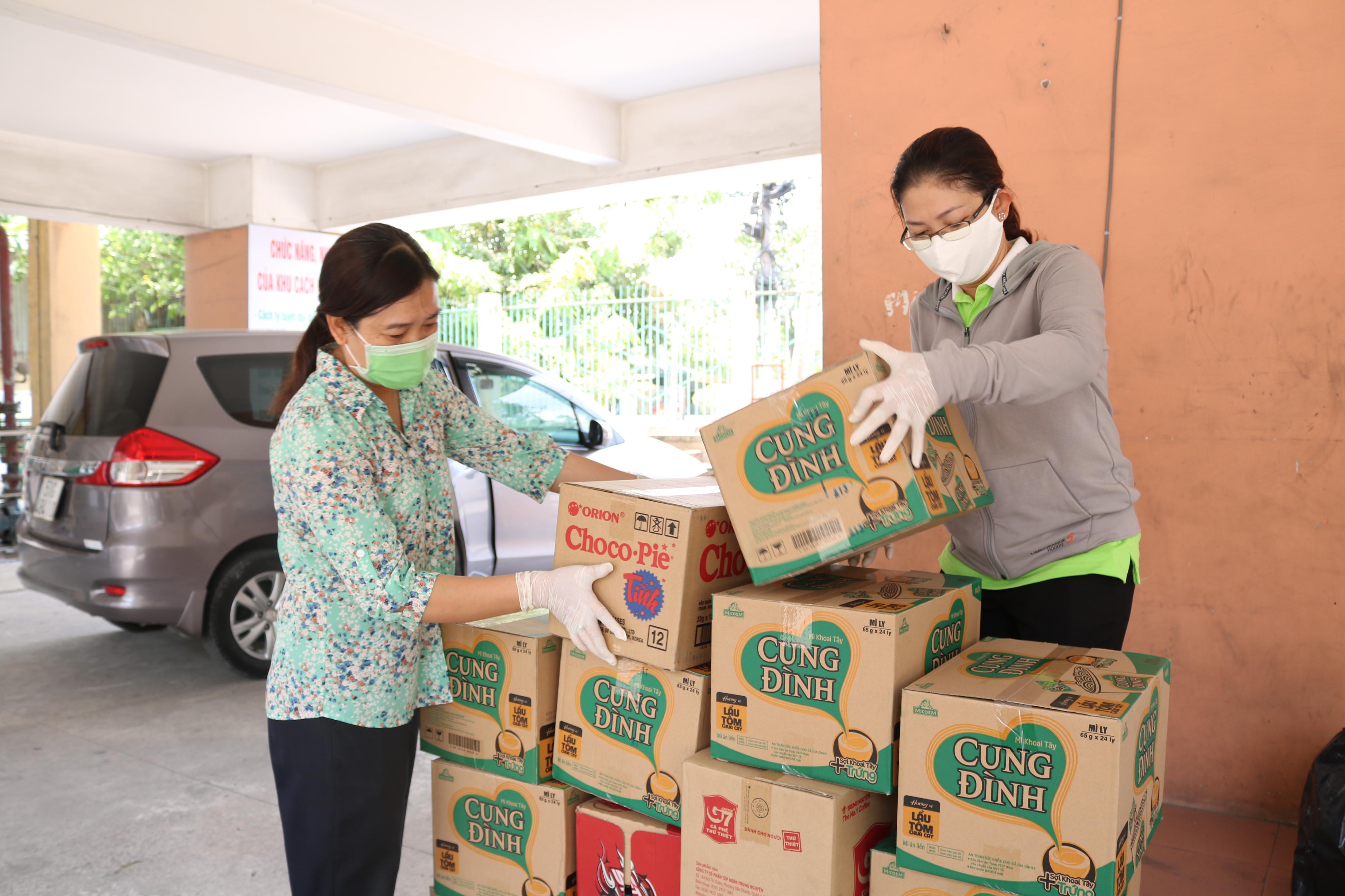 Cán bộ Hội LHPN quận 2 sắp xếp mì ly, cà phê gửi tặng Khu cách ly tập trung.