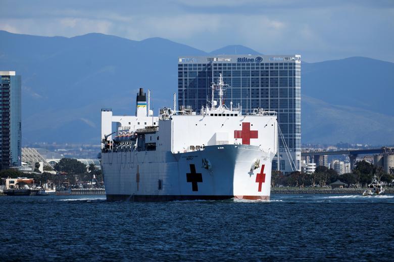 Ngày 23/3, USNS Mercy, một con tàu bệnh viện của Hải quân, rời Trạm Hải quân San Diego và đến Cảng Los Angeles để hỗ trợ các cơ sở y tế địa phương đối phó với coronavirus ở San Diego, California, ngày 23 tháng 3