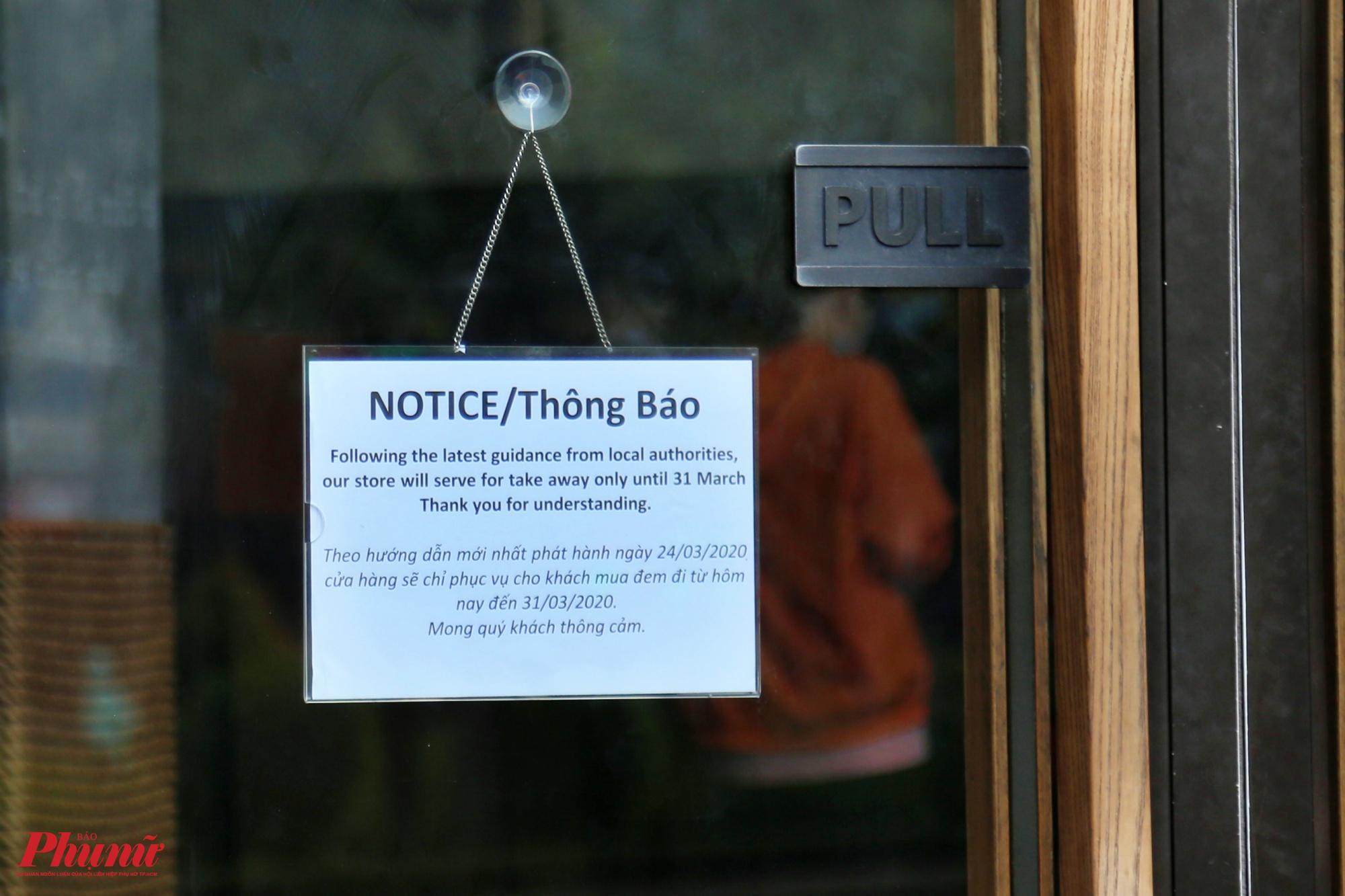 Một quán cà phế trên đường Trần Quang Khải, quận 1 dáng bảng thông báo về việc tạm ngưng phục và phục vụ cho khách mua mang đi đến hết ngày 31/3/2020