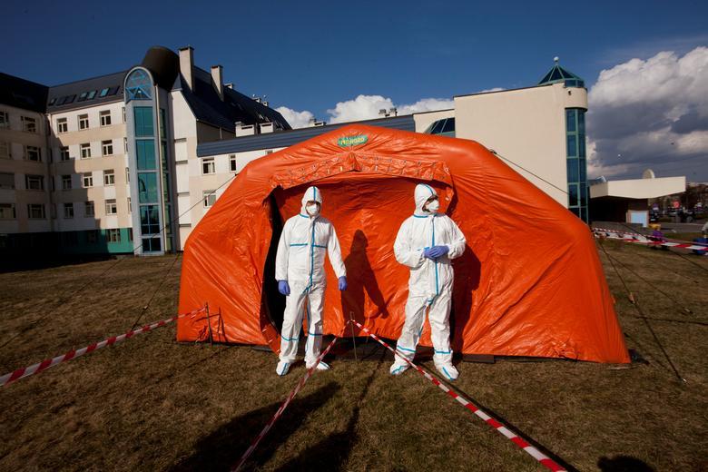 Phòng cấp cứu được dựng từ lều bạt ở bệnh viện lâm sàng Đại học Warsaw, Ba Lan