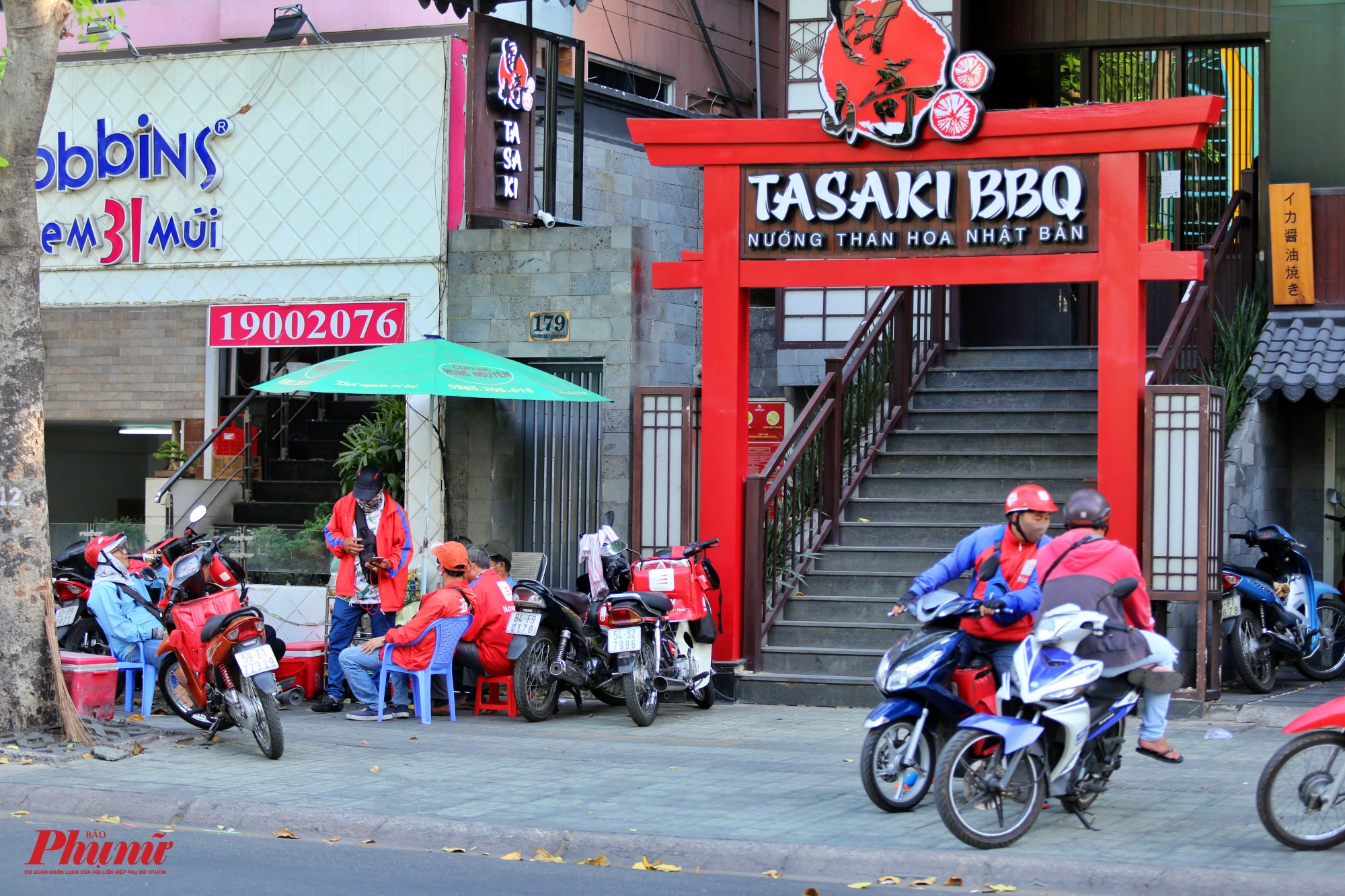 Trong khi đó, nhiều nhân viên của GoViet, Now đang nghỉ ngơi chờ đơn hàng của khách trên đường Phan  Xích Long, quận Phú Nhuận