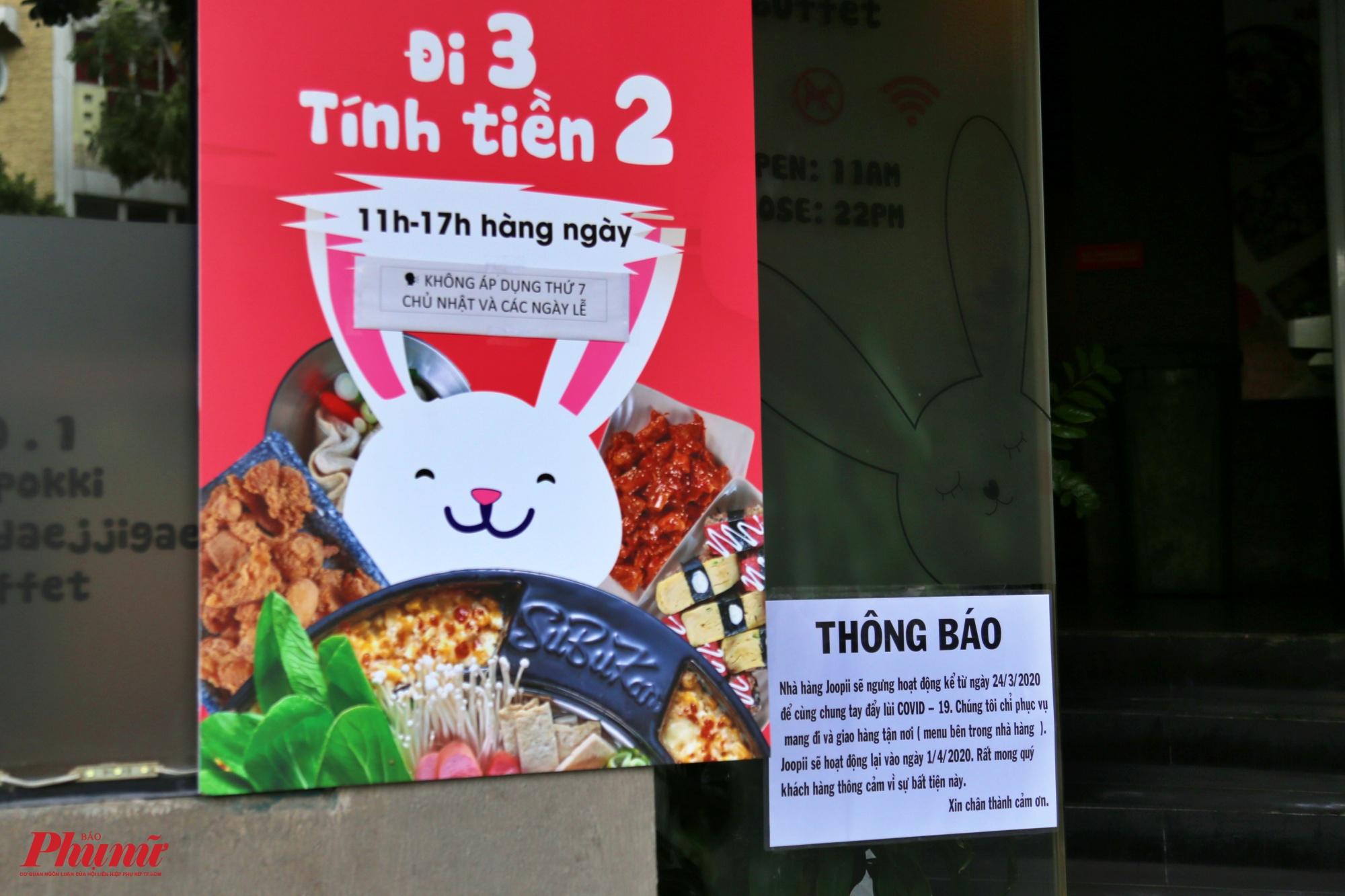 Một nhà hàng Nhật Bản cũng treo biển thông báo phía trước cửa ra vào, thông báo không nhận khách mà vẫn nhận giao hàng take away
