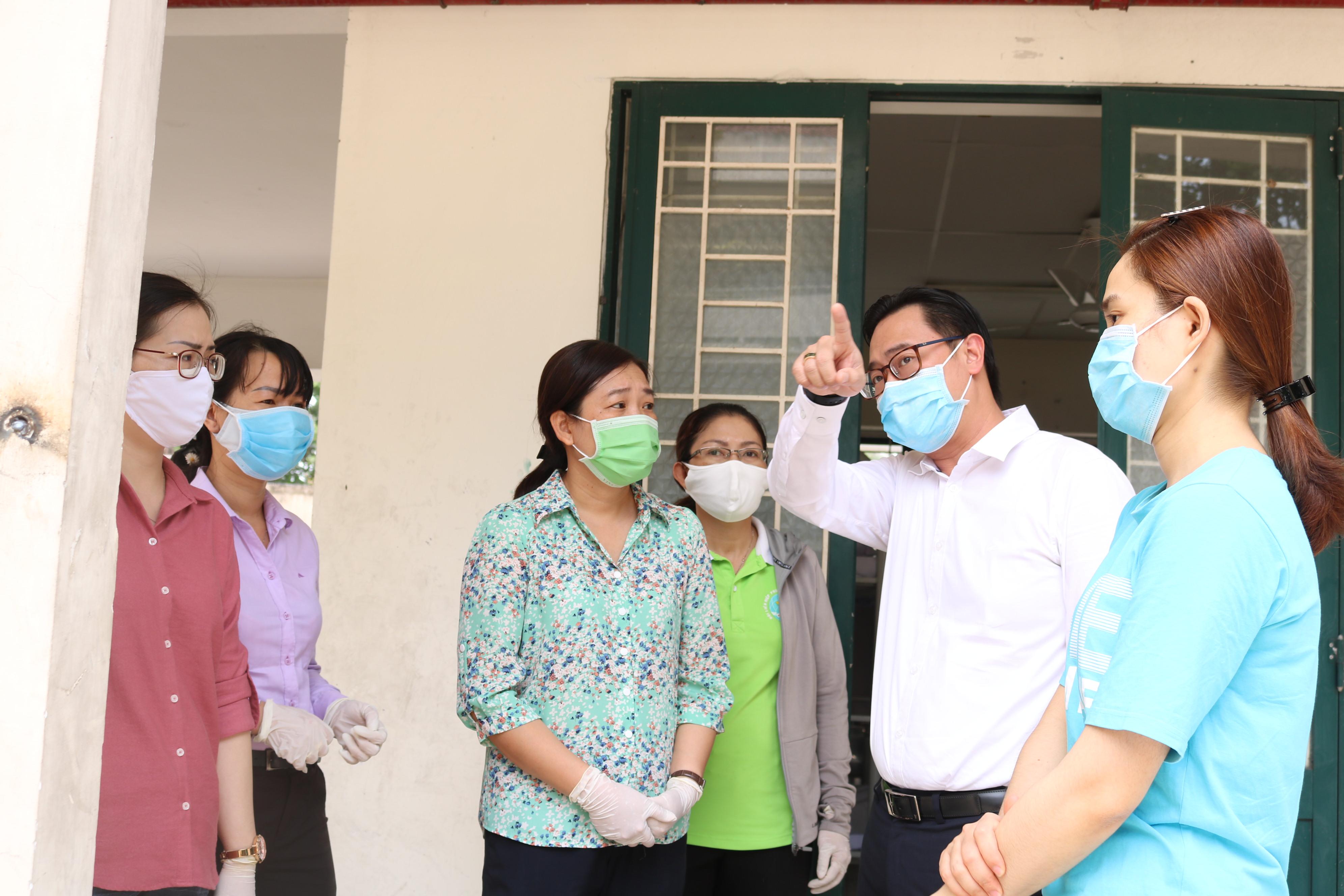 TS-BS Phạn Minh Hoàng - Phó giám đốc Bệnh viện QUận 2 - thông tin về hoạt động của Khu cách ly tập trung và bày tỏ niềm vui, cảm kích khi phụ nữ quận nhà dành nhiều sự quan tâm cho anh em ở tuyến đầu chống dịch COVID-19.