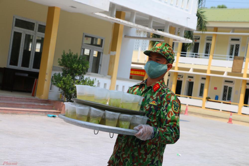 Trong lúc đó những ly canh do các chiến sĩ đem đến sau cùng