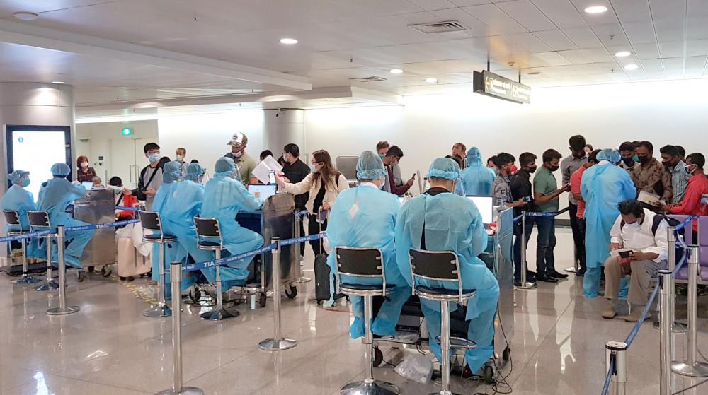 Nhân viên y tế của Trung tâm Kiểm dịch y tế quốc tế tham gia chống dịch COVID-19 tại cửa khẩu sân bay Tân Sơn Nhất