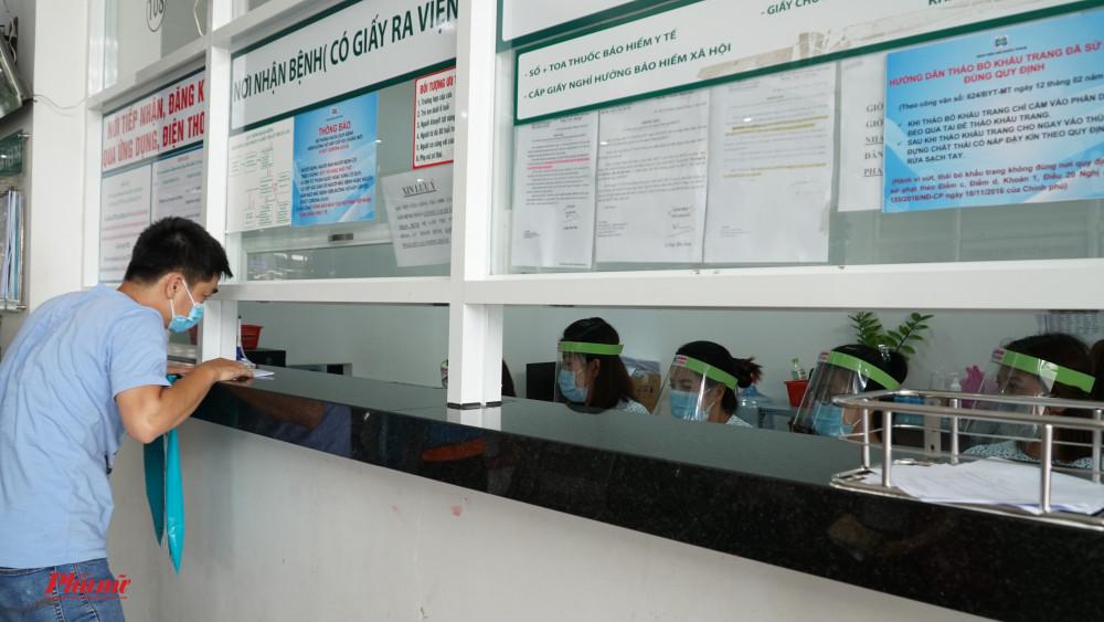 Đội ngũ y bác sĩ đeo mặt nạ khi trao đổi với bệnh nhân