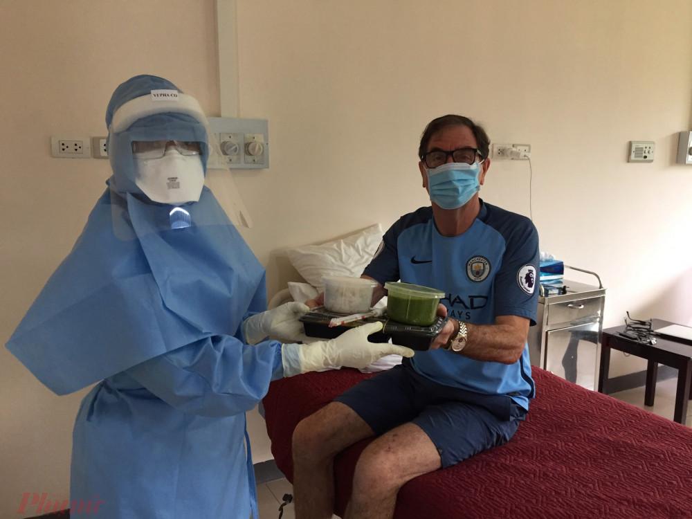 Annh e đồng nghiệp trong đội phòng chống COVID-19 tại Bệnh viện Trung ương Huế đem thức ăn trưa vào cho bệnh nhân